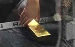 Thử thách túm thỏi vàng 20 kilogram trong lồng kính ở Dubai khiến nhiều du khách bất lực