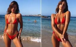Clip: Người mẫu sexy khoe eo thon bên bãi biển, nhưng 20 triệu khán giả lại thích ông chú bụng bia vô tình vào hình hơn