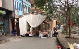 Hình ảnh rạp đám cưới ''mọc'' lên giữa đường, chừa một lối bé tí vừa người đi gây tranh cãi