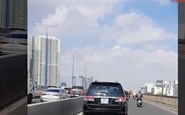 Chủ nhân xế hộp ngang nhiên chạy vào làn xe máy trên cầu Sài Gòn là ai?