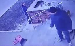 Ông bố nhẫn tâm vứt con gái xuống bậc thềm, xót xa nhất là hành động sau đó của đứa trẻ và thái độ của người xung quanh