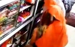 Video: Ba phụ nữ phối hợp đánh lừa chủ cửa hàng để ăn trộm quần áo