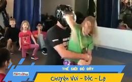 Video: Bé gái phản ứng bất ngờ khi bị ôm từ phía sau