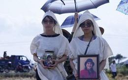 Kathy Uyên đội tang, đưa tro cốt mẹ qua đời tại Mỹ về quê nhà Tiền Giang an táng
