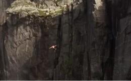 Thót tim chàng trai đi trên dây qua khe núi cao ngàn mét ở Na Uy