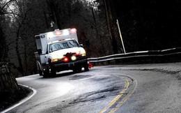 Xe cứu thương vấp phải ổ gà vô tình cứu sống một bệnh nhân tim đang nguy kịch