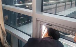 Bị đối thủ nhốt trong văn phòng suốt 6 tiếng, nghị sỹ Hàn Quốc tổ chức họp báo qua cửa sổ