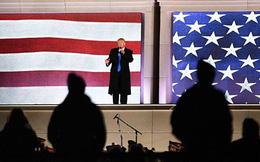 Lên bục phát biểu, ông Trump bất ngờ bị ném điện thoại