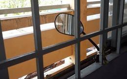 Lắp hẳn gương chiếu hậu để canh chừng thầy cô, học trò bá đạo thứ hai thì không ai dám tranh thứ nhất!