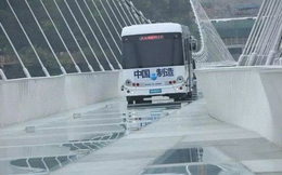 Trung Quốc: Lái xe buýt qua cầu kính khổng lồ để chứng minh độ an toàn của cây cầu