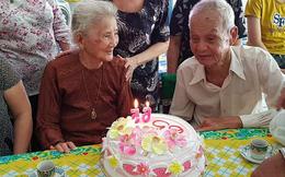 """""""Kiếp này không đến được với nhau thì tui hẹn ông ở kiếp sau"""" - câu nói của bà cụ 93 tuổi sau 65 năm gặp lại """"mối tình thời thanh xuân"""" khiến nhiều người rưng rưng"""