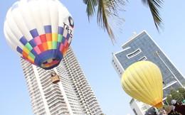 Du khách hào hứng trải nghiệm bay khinh khí cầu bên bờ biển Đà Nẵng