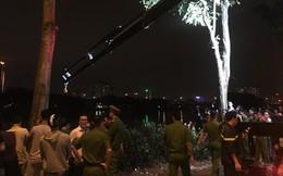 Xe ô tô bất ngờ lao xuống hồ Linh Đàm trong đêm tối