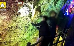 Tham quan hang động, du khách tiện tay bẻ luôn thạch nhũ hàng triệu năm tuổi về làm kỉ niệm