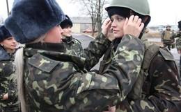 Video: Nữ quân nhân Ukraine ngất xỉu khi ông Poroshenko phát biểu