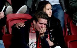 Chàng thanh niên hâm mộ Ajax gục khóc nức nở trong vòng tay bạn gái sau thất bại nghiệt ngã ở bán kết Champions League