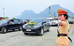 Ảnh: Nữ cảnh sát xinh đẹp phân luồng giao thông trong Đại lễ Vesak 2019 tại chùa Tam Chúc