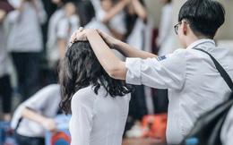 Chịu ướt lấy tay che mưa cho bạn gái trong lễ bế giảng, nam sinh được phong là soái ca quốc dân, nhà nhà ao ước