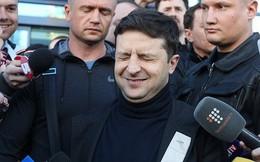 Ngày làm việc đầu tiên: Tân Tổng thống Ukraine không thoải mái với chiếc ghế của người tiền nhiệm