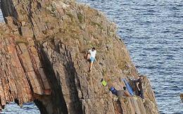"""""""Nín thở"""" với cảnh tượng giải cứu hai cậu bé 12 tuổi đứng cheo leo trên vách đá sát biển sâu"""