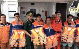 17 tiếng xuyên đêm cứu nạn 5 ngư dân gặp nạn trên biển
