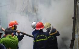 """Gần 100 cảnh sát """"vật lộn"""" với đám cháy lớn tại xưởng sản xuất nhang"""