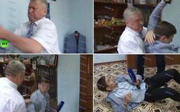 Bị hỏi khó, quan chức Nga quật ngã phóng viên trên sóng truyền hình