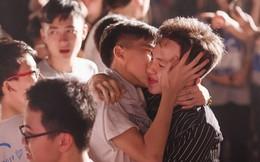 Bức ảnh hai nam sinh hôn nhau ngày bế giảng gây sốt: Thanh xuân thật đẹp khi có nhau!