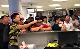 Máy bay bị trễ chuyến do thời tiết quá xấu, hành khách bắt nhân viên sân bay quỳ xuống xin lỗi chân thành và đây là phản ứng của cư dân mạng