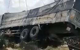 Cần cẩu bị gãy đôi, đổ sập khi đang trục vớt xe tải bị rơi xuống sông trong vụ sập cầu ở Đồng Tháp