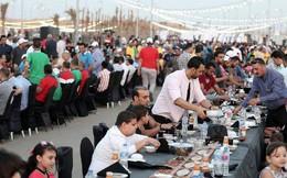 Người dân Ai Cập hứng khởi bên bàn tiệc Iftar dài nhất thế giới