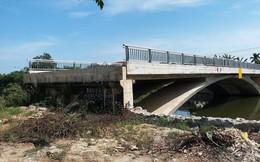 """Cầu 32 tỷ đồng""""lọt"""" giữa sông"""