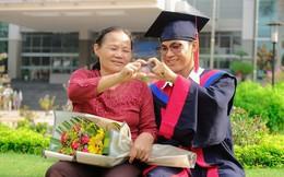 Bức ảnh nam sinh nắm tay mẹ trong lễ tốt nghiệp gây bão nhưng câu chuyện 8 năm nợ môn mới ra được trường mới là điều khiến nhiều người giật mình