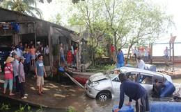 Ô tô 7 chỗ chở 3 người lao xuống sông Cổ Chiên khi qua phà