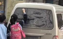 Hình ảnh cô bé tiểu học vẽ bức tranh sơn thủy trên kính xe gây sốt MXH nhưng hóa ra sự thật đằng sau là câu chuyện khác