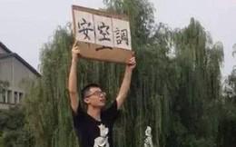Nhà trường không chịu lắp máy lạnh, nam sinh cầm bảng biểu tình một lúc nhưng nóng quá nên nhảy xuống hồ làm loạn tiếp