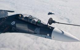 Cận cảnh màn tiếp liệu trên không ngoạn mục của tiêm kích Su-30 và Su-35 Nga