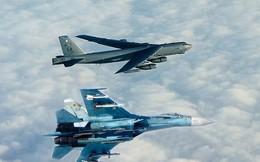 """Xem video Nga điều tiêm kích Su-27 """"lùa"""" pháo đài bay B-52H tiếp cận biên giới"""