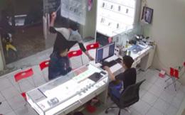 Chủ cửa hàng điện thoại bị kẻ bịt mặt cầm mã tấu truy sát ở TP.HCM