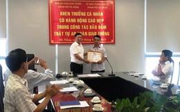 Khen thưởng người đục cục bê tông trên đường ở Đà Nẵng