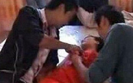 Bị đám khách nam sàm sỡ, phù dâu 16 tuổi tự tử