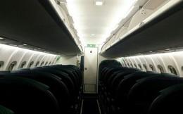 Hành khách thức dậy vào nửa đêm và kinh hoàng phát hiện ra mình bị mắc kẹt lại trong máy bay tối đen không một bóng người