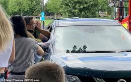 Nghe tiếng đứa trẻ khóc ré lên trong xe ô tô, người đàn ông vội vàng báo cảnh sát, chỉ ít phút nữa thôi là bà mẹ ân hận cả đời