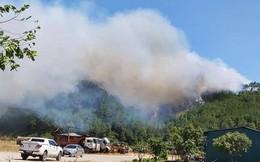 Hàng trăm người dân vật lộn với nắng nóng quay quắt dập lửa, cứu rừng thông