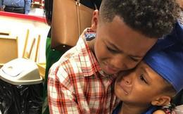 Bức ảnh anh trai ôm em gái trong lễ tốt nghiệp quá đáng yêu nhưng lời tâm sự của người mẹ còn gây xúc động hơn