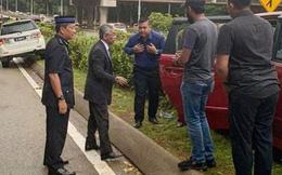 Bức ảnh Vua Malaysia dừng xe, hỗ trợ người bị tai nạn giao thông gây 'sốt'