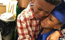 """Sự thật đằng sau bức ảnh anh trai mếu máo ôm em gái trong lễ """"tốt nghiệp mầm non"""", và lời tâm sự đầy hạnh phúc của người mẹ"""