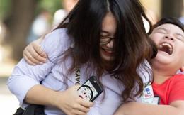 Cậu bé trong bức ảnh ôm chầm lấy chị gái sung sướng khi kết thúc kỳ thi THPT Quốc gia: Chị được điểm cao em cho hẳn 4 triệu!