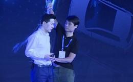 CEO của 'Google Trung Quốc' bị đổ cả chai nước lên đầu ngay trên sân khấu sự kiện
