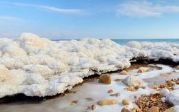"""Giải mã """"tuyết ấm"""" bí ẩn của Biển Chết"""